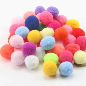 įvairių spalvų pomponai