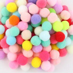 maži įvairių spalvų pomponai